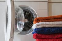 Handtücher vor einer Waschmaschine gestapelt