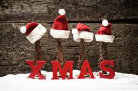 Xmas Schriftzug mit Weihnachtsmützen