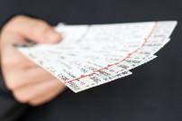 Hand mit Tickets