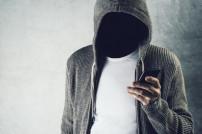 Mann ohne Gesicht mit Handy in der Hand