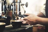 Cafe: Kaffeemaschine per Hand betrieben