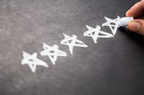 Nahaufnahme Hand malt mit Kreide Sterne
