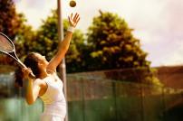 Lady macht Aufschlag beim Tennis