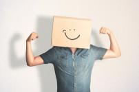 Mann mit Box über Kopf