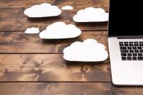 Cloud-Speicher: Wolken neben Laptop