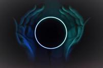 Hände mit Echo Dot