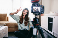 Influencer bei YouTube: Lady vor Kamera