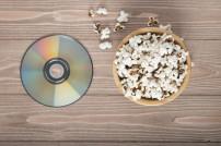 Popcorn-schale neben einer DVD